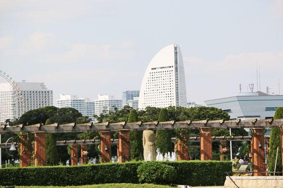 山下公園のバラ園から横浜市を望む