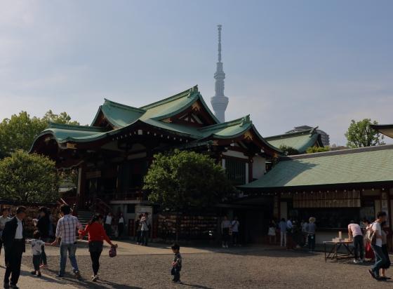 亀戸天神社の境内からスカイツリーが見える