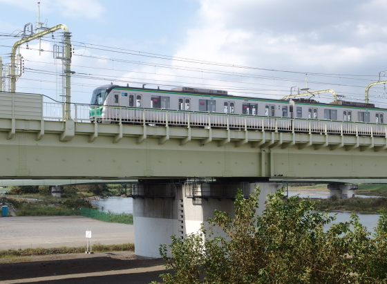 多摩川を跨いで走る小田急線