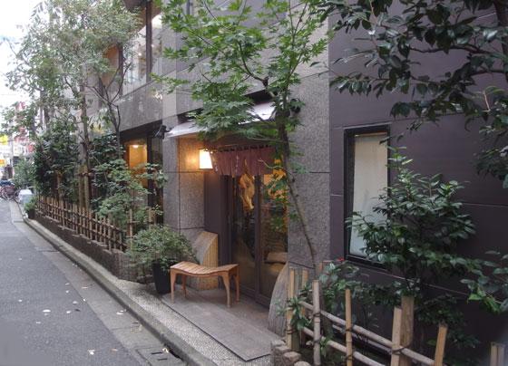 神楽坂のメインストリートは神楽坂通りです