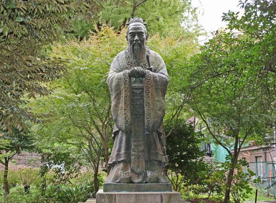 湯島聖堂 孔子の像